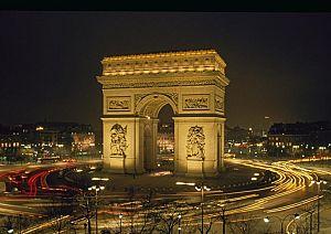 Большая триумфальная арка Парижа - ночной вид